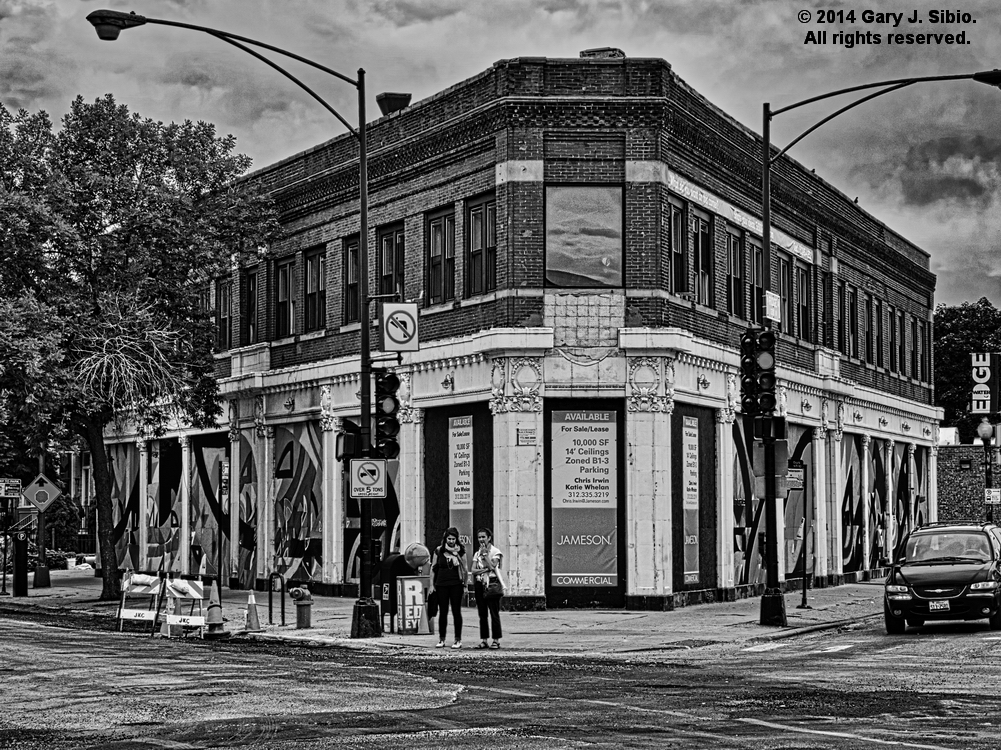Triangular Building at 5600 North Ridge, Chicago, Illinois - Black & White Version (2014-07-25 12-50-39b)